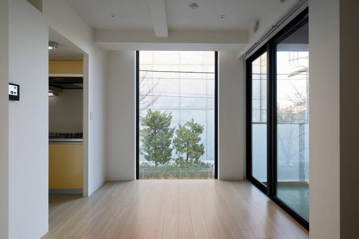 プラザレジデンス9: 片岡直樹設備設計一級建築士事務所が手掛けたリビングです。