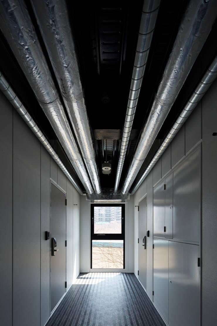 プラザレジデンス9: 片岡直樹設備設計一級建築士事務所が手掛けた廊下 & 玄関です。