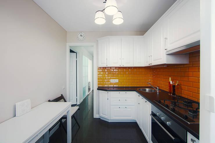 Маленькая квартира для аренды: Кухни в . Автор – Порядок вещей - дизайн-бюро, Скандинавский