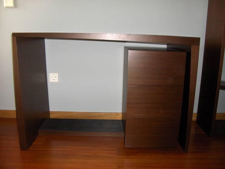 Mesa de trabalho e bloco com gavetas. : Quarto  por Renato Neves Design