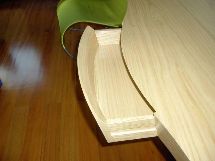 Secretária - pormenor da gaveta: Quarto  por Renato Neves Design