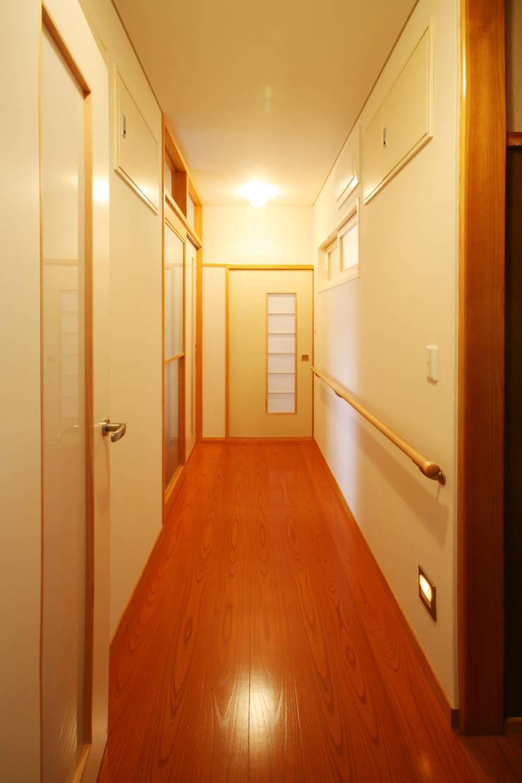 廊下: 吉田設計+アトリエアジュールが手掛けた廊下 & 玄関です。