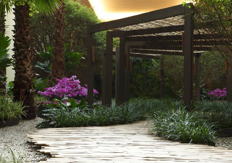 Praça das Emoções Shopping Iguatemi: Jardins minimalistas por BAMBU CARBONO ZERO