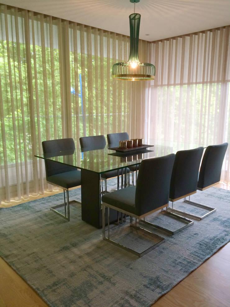 Bachelor's Apartment: Salas de jantar  por EMME Atelier de Interiores