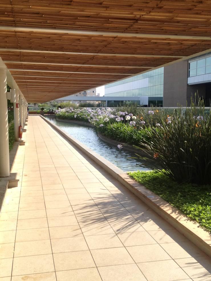 Revestimento de Pérgola Shopping Uberlândia : Jardins  por BAMBU CARBONO ZERO