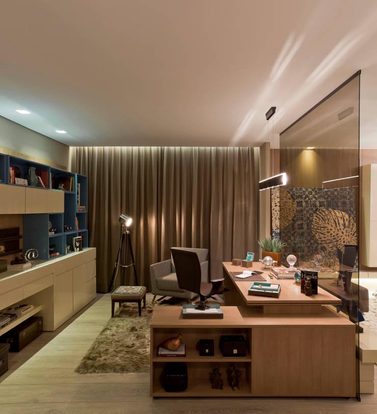 Casa Cor Minas – Estar e Escritório: Escritórios  por Interiores Iara Santos