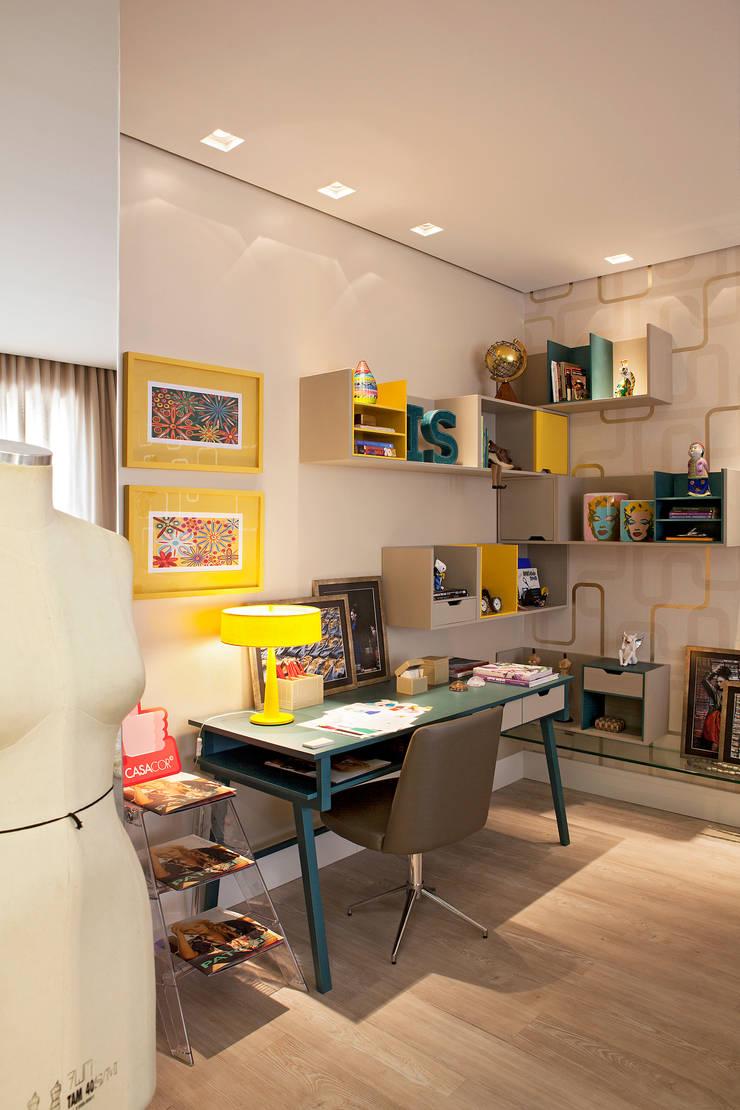 Casa Cor Minas - Quarto da jovem estudante de moda: Quartos  por Interiores Iara Santos