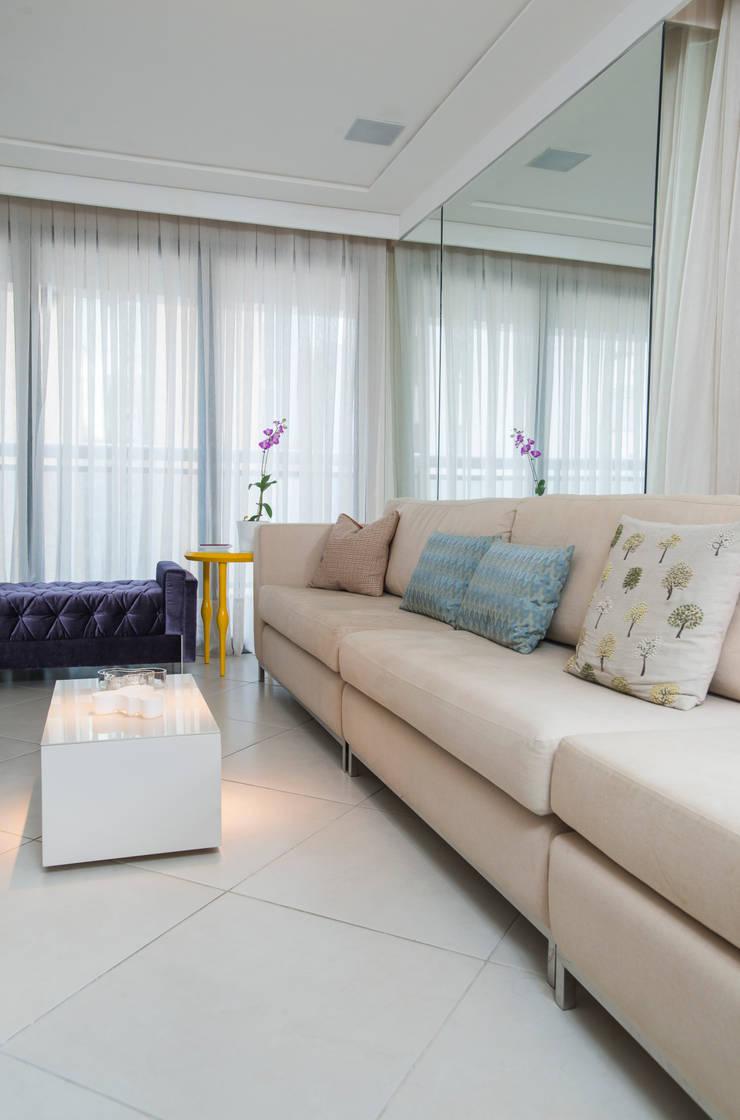 Phòng khách theo Alexandre Magno Arquiteto,