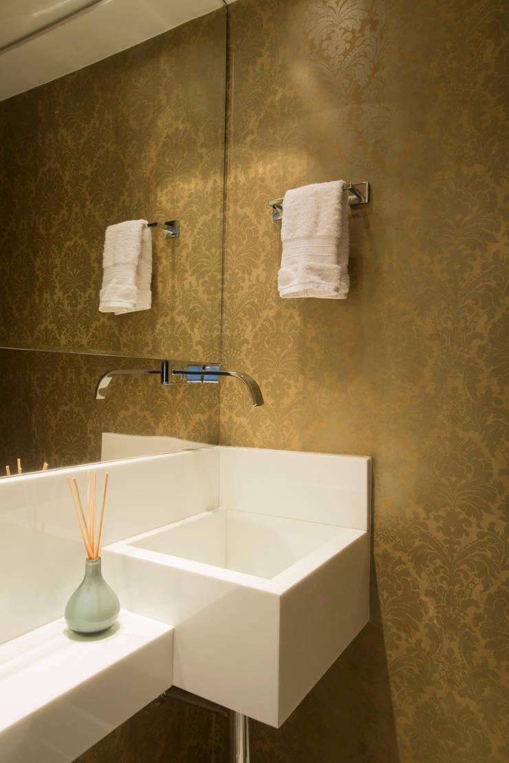 Bathroom by Alexandre Magno Arquiteto