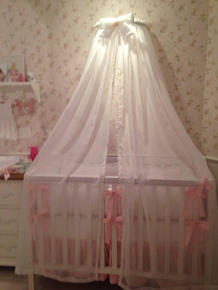 Quarto Manuela – Romântico: Quarto infantil  por Betsy Baby Design,