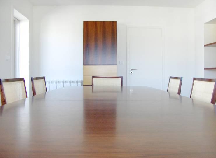 Mesa extensível.: Sala de jantar  por Renato Neves Design