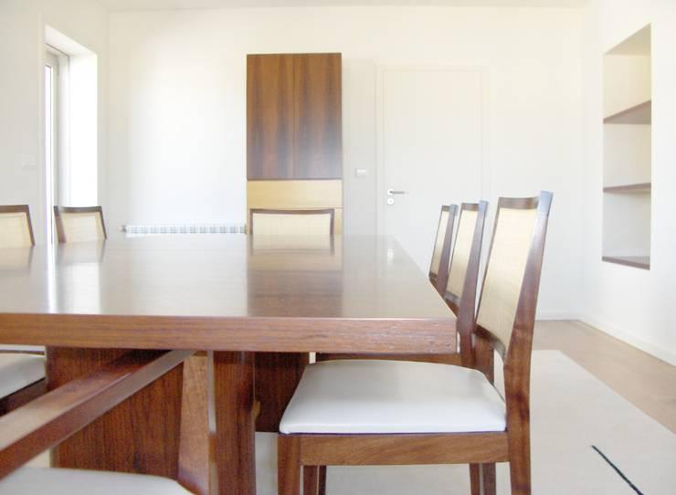 Mesa de refeições - pormenor: Sala de jantar  por Renato Neves Design