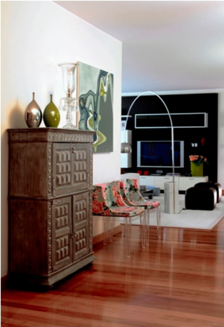 Hall de entrada da zona de estar : Salas de estar  por Andreia Marques Designer de Interiores