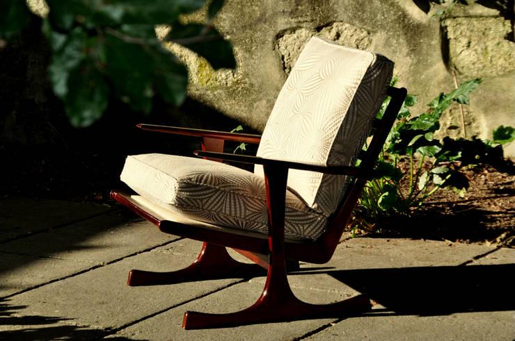 Cadeirão anos 50: Sala de estar  por Gioconda design de interiores