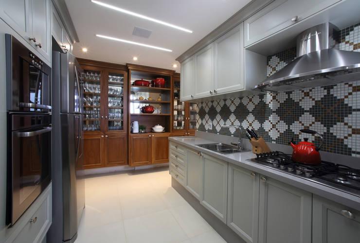 Cocinas de estilo clásico por AC Arquitetura + Design