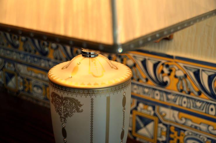 Candeeiro Mangani com cristais Swarovski: Sala de jantar  por Gioconda design de interiores