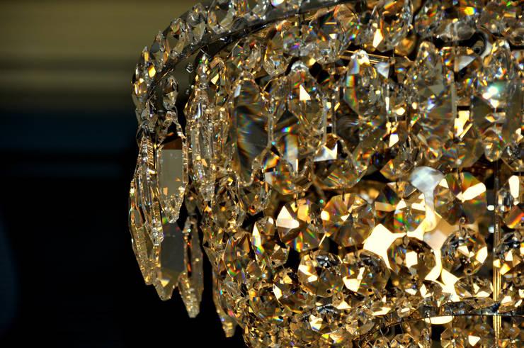 Candeeiro de tecto em cristal austríaco: Sala de jantar  por Gioconda design de interiores