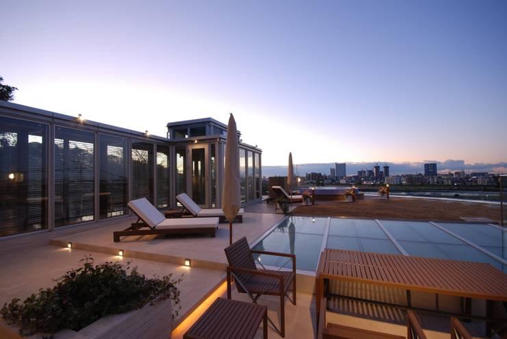 眺めのいい屋上テラス: 株式会社 中村建築設計事務所が手掛けた庭です。