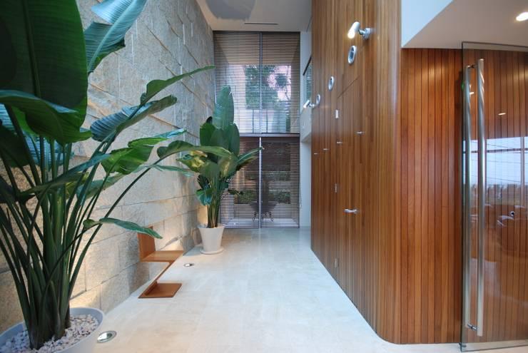 吹抜けとトップライトで明るい玄関: 株式会社 中村建築設計事務所が手掛けた廊下 & 玄関です。
