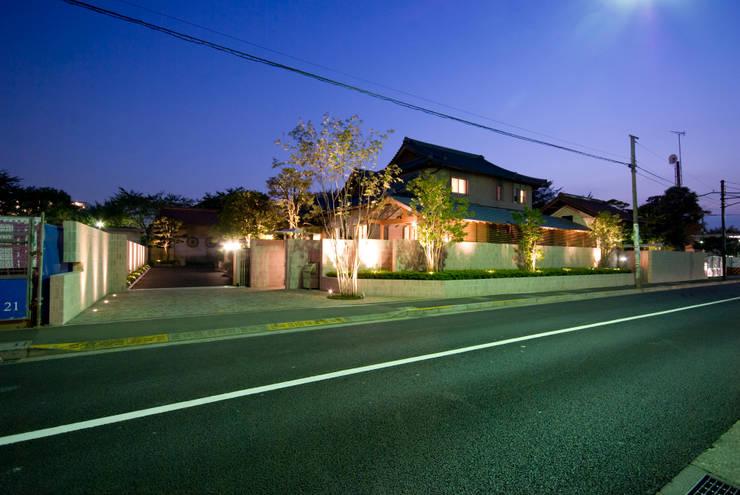 街道からの風景: 株式会社 中村建築設計事務所が手掛けた家です。,