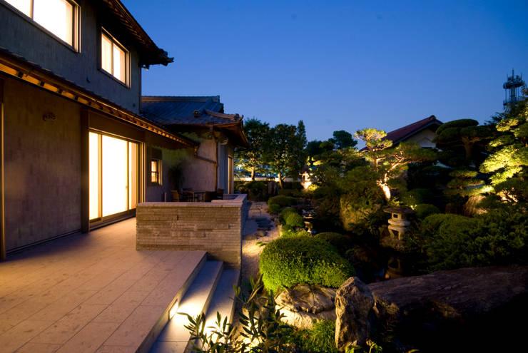 日本庭園: 株式会社 中村建築設計事務所が手掛けた庭です。,