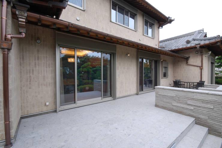 テラス: 株式会社 中村建築設計事務所が手掛けたテラス・ベランダです。,