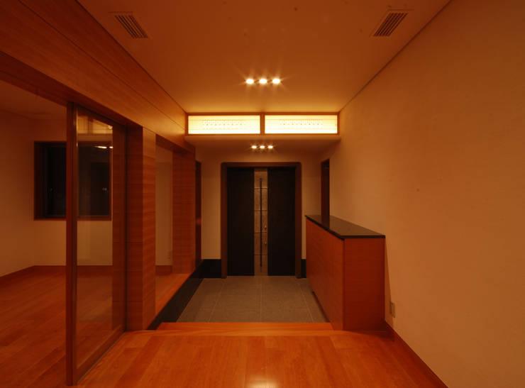 玄関: 株式会社 中村建築設計事務所が手掛けた廊下 & 玄関です。,