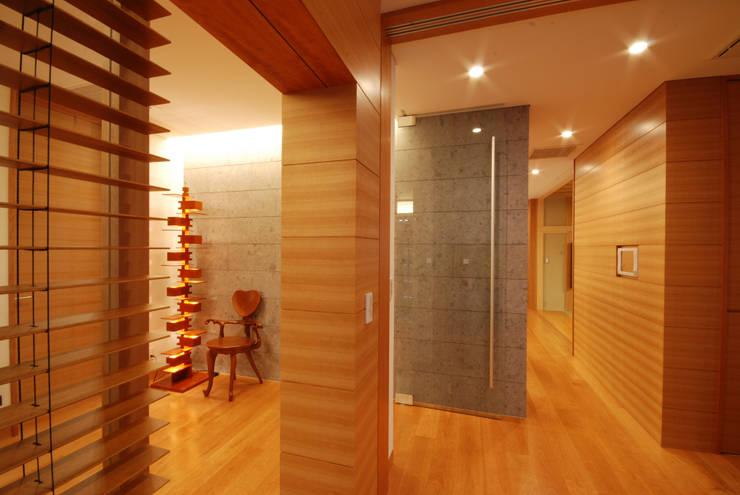 玄関ホール: 株式会社 中村建築設計事務所が手掛けた廊下 & 玄関です。,