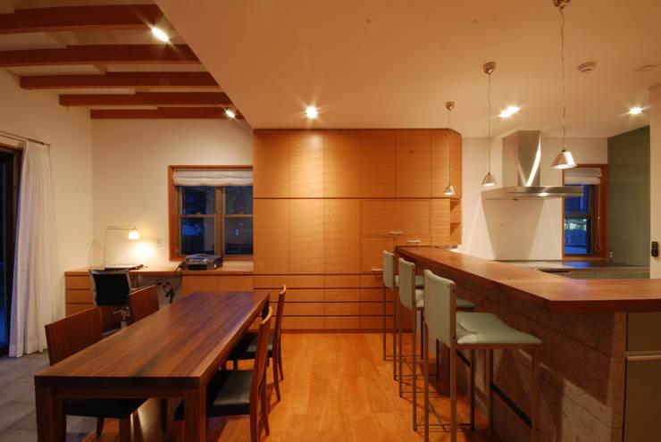 カウンターキッチン: 株式会社 中村建築設計事務所が手掛けたダイニングです。,