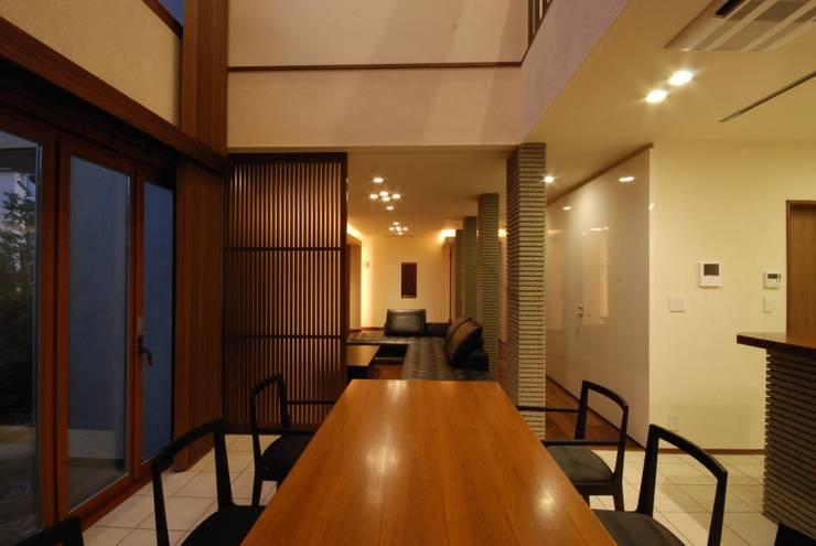 格子戸: 株式会社 中村建築設計事務所が手掛けたダイニングです。