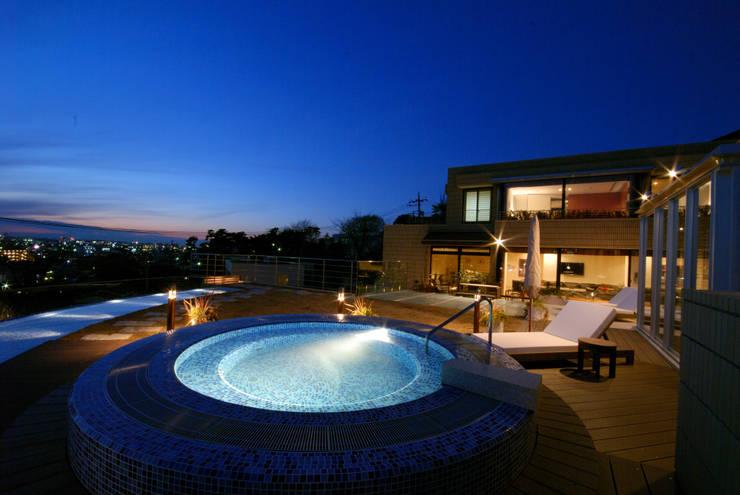 夕景屋上テラス: 株式会社 中村建築設計事務所が手掛けたテラス・ベランダです。