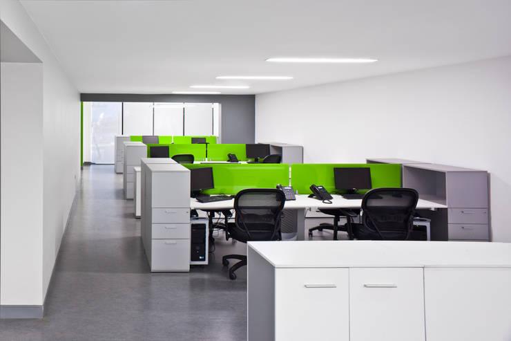 Oficinas Grupo Jar: Oficinas y tiendas de estilo  por AaC+V Arquitectos