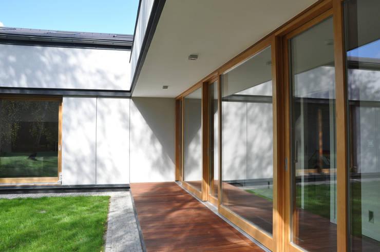 DOM JEDNORODZINNY, NADARZYN: styl , w kategorii Domy zaprojektowany przez OPEN architekci
