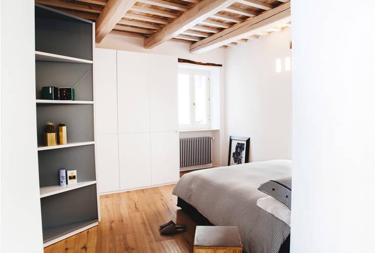 Casa Amalasunta: Camera da letto in stile  di Ossigeno Architettura