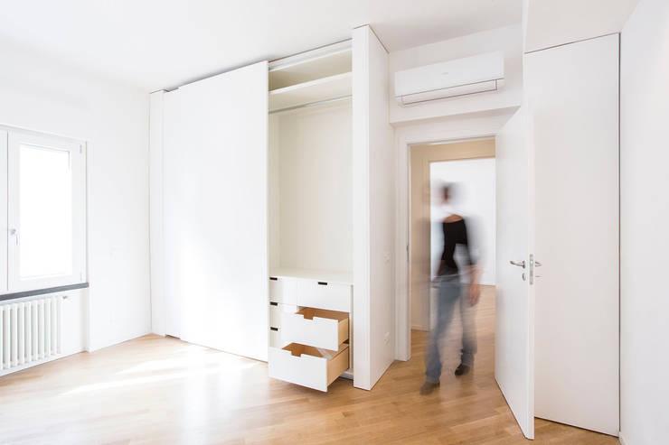 AM3: Pareti in stile  di AM3 Architetti Associati