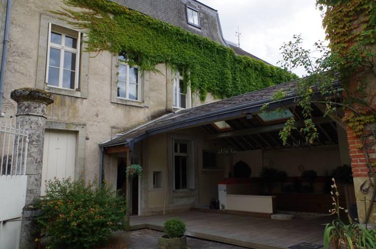 Des châssis de toit encastré type traditionnel à meneaux ont été installés au niveau du comble: Jardin de style de style Classique par Christèle BRIER Architechniques