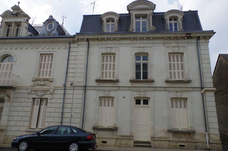 La façade sur rue: Maisons de style de style Classique par Christèle BRIER Architechniques