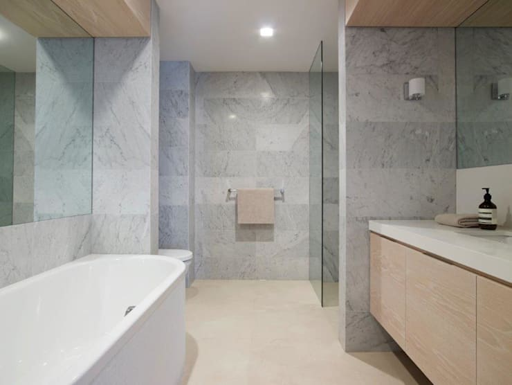 Avalon House:  Bathroom by Greg Natale Design