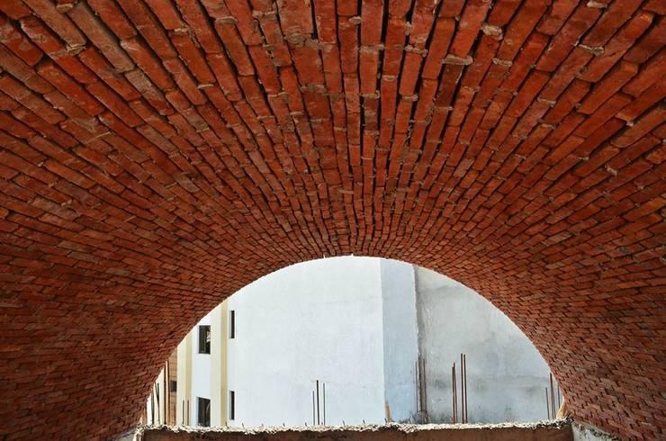 Exposed Brick Vault:  Bedroom by Chaukor Studio