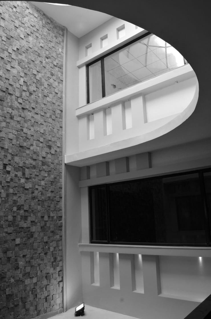 Atrium- Central Feature:  Office buildings by Chaukor Studio