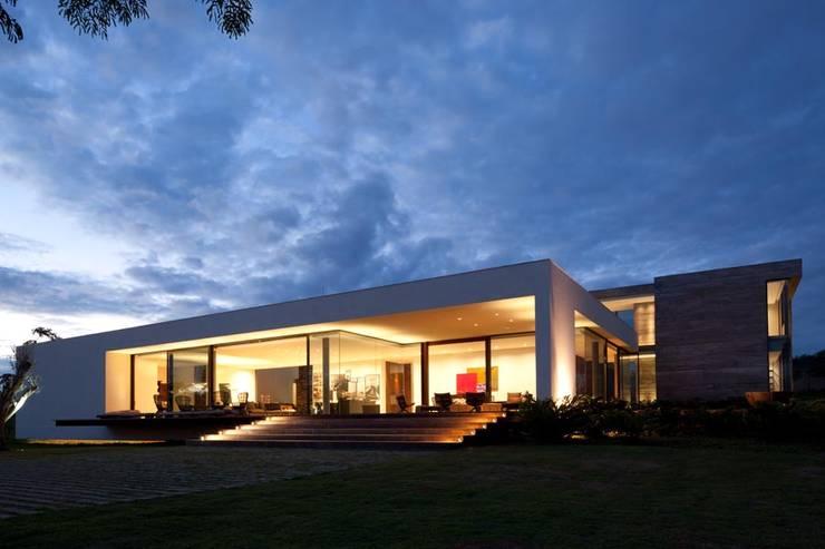 Casa Capitão do Mato: Casas  por Hermanny Arquitetura