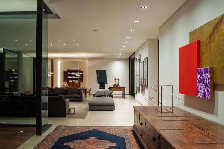 Casa Capitão do Mato: Salas de estar  por Hermanny Arquitetura