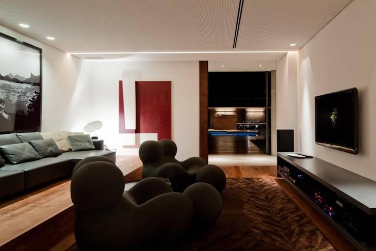 Casa Capitão do Mato: Salas multimídia  por Hermanny Arquitetura