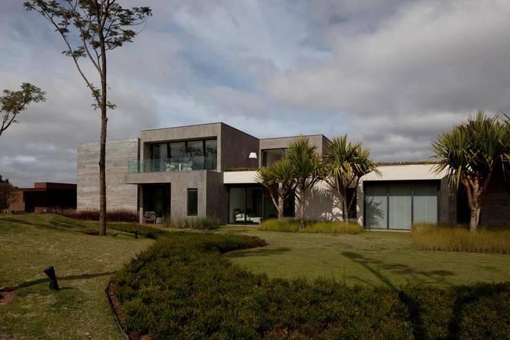 Casa Capitão do Mato: Jardins modernos por Hermanny Arquitetura