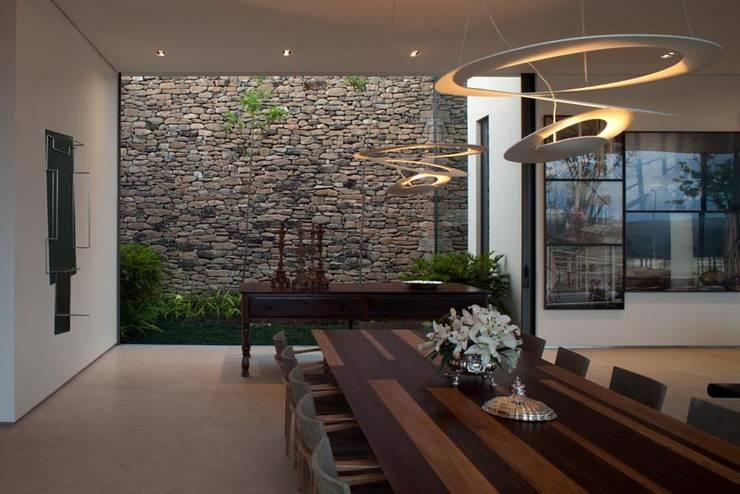 Casa Capitão do Mato: Salas de jantar modernas por Hermanny Arquitetura