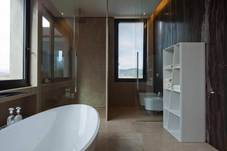 Casa Capitão do Mato: Banheiros modernos por Hermanny Arquitetura