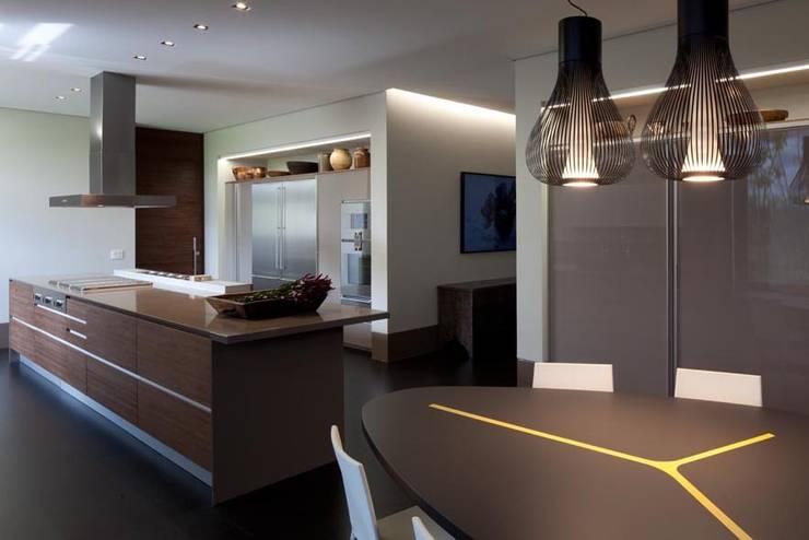 Casa Capitão do Mato: Cozinhas modernas por Hermanny Arquitetura