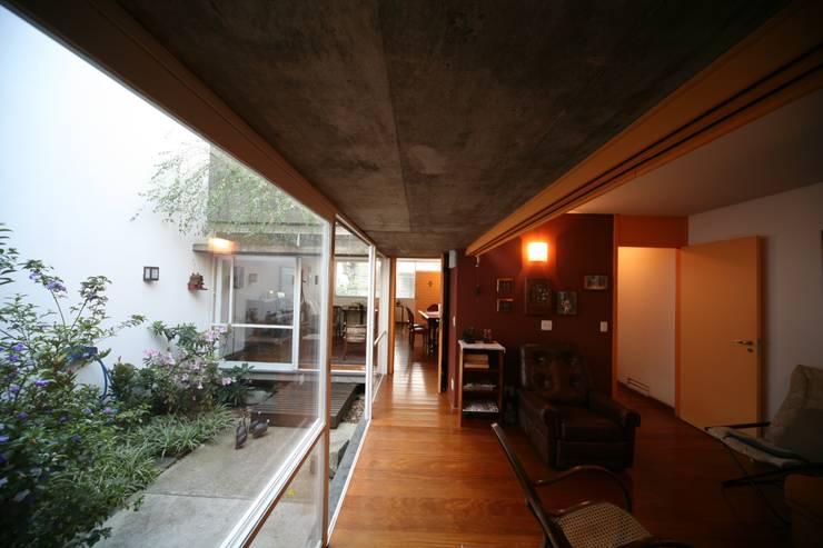 Residência Dona Lina: Salas de estar  por bna | barossi nakamura arquitetos