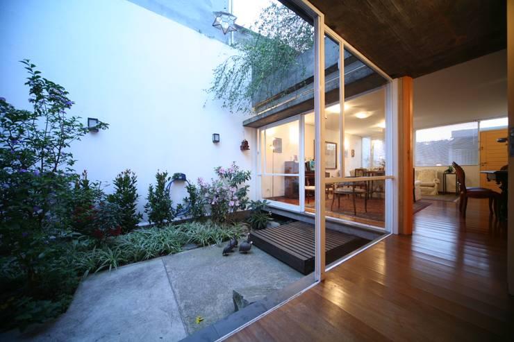 Residência Dona Lina: Jardins  por bna | barossi nakamura arquitetos