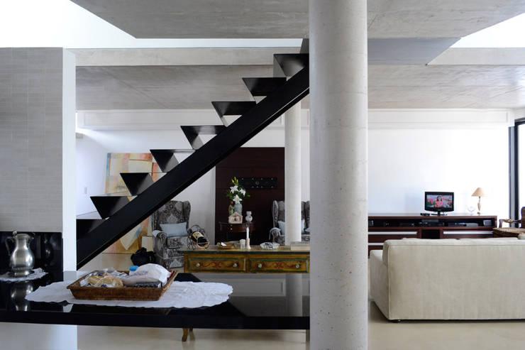 Residência RA: Corredores e halls de entrada  por bna | barossi nakamura arquitetos
